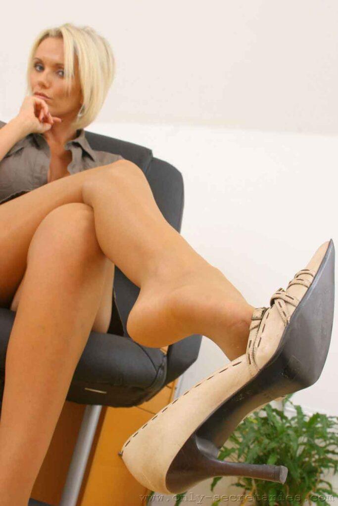 a mistress dangles her heels
