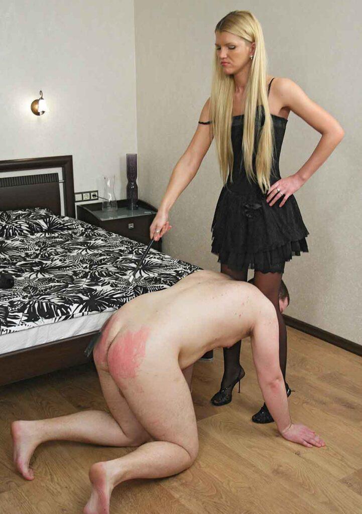 a mistress crops a sub bottom